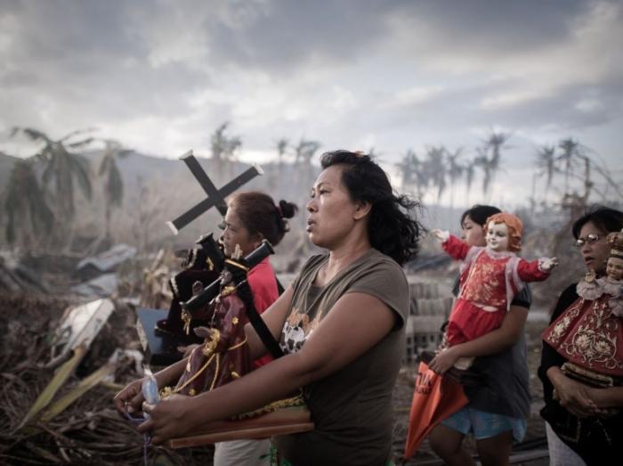 1er prix « Photo unique d'actualité » - Philippe Lopez Procession religieuse à Tolosa (Philippines) suite au typhon Hayan le 18 novembre 2013.