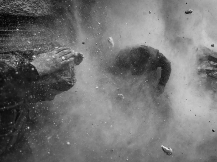 1er prix « Reportage d'actualité » - Goran Tomasevic Rebelles syriens sous les bombardements dans la banlieue de Damas, le 30 janvier.