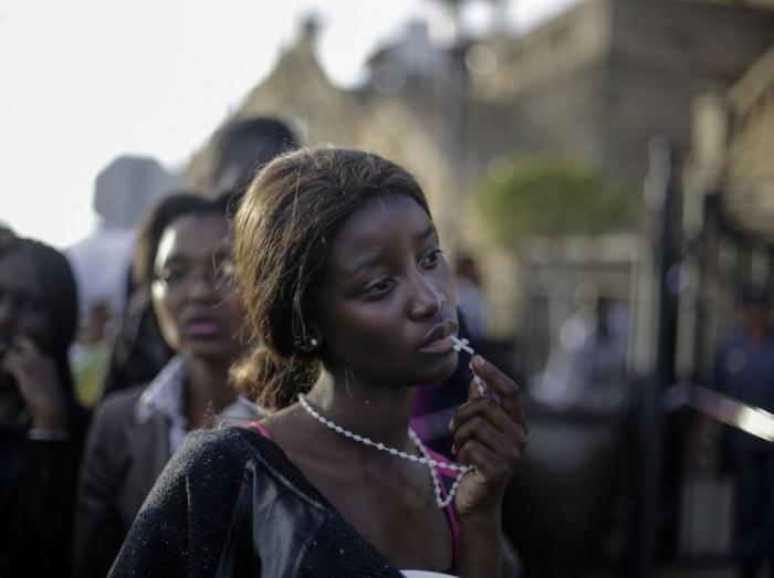 1er prix « Portrait non mis en scène » - Markus Schreiber Une jeune femme n'ayant pu accéder au cercueil de Nelson Mandela à Pretoria (Afrique du Sud) le 13 décembre dernier.